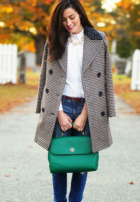 Модель в пестром пальто, джинсы, белая рубашка и зеленая сумка