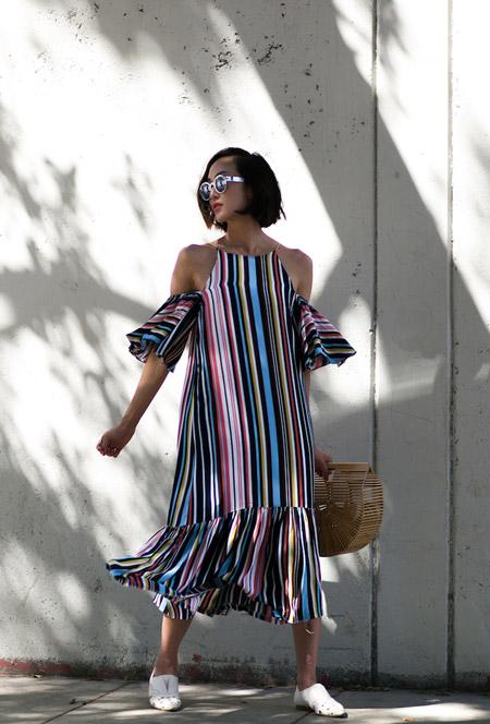 Модель в разноцветном полосатом платье