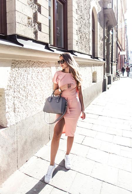 Модель в розовом нежном платье до колена и кедах