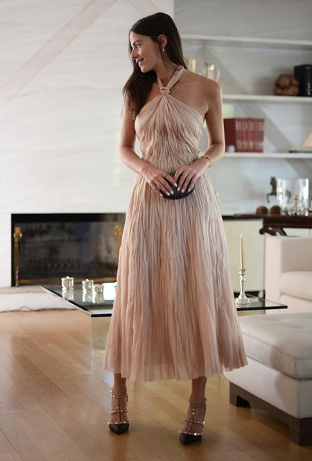 Модель в шикарном платье кремового цвета, босоножки и клатч