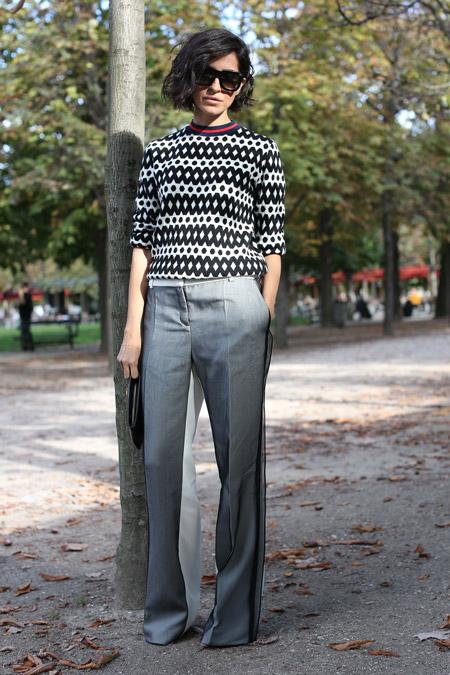 Модель в широких серых брюках, черно белый свитшот