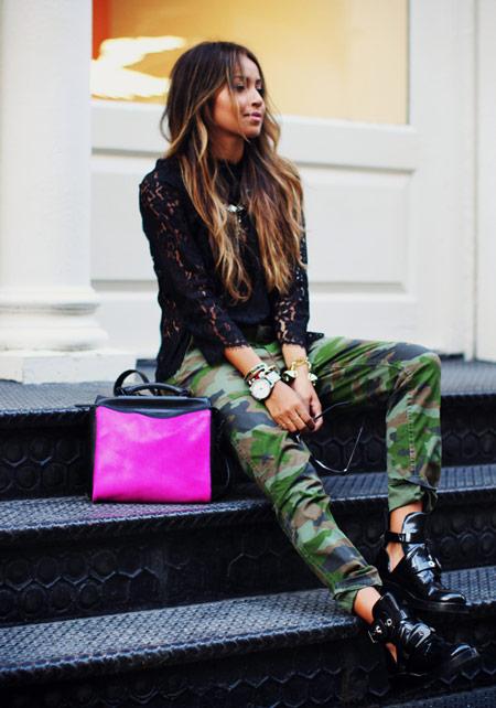 Модель в штанах цвета хаки, черная кофта и ботинки