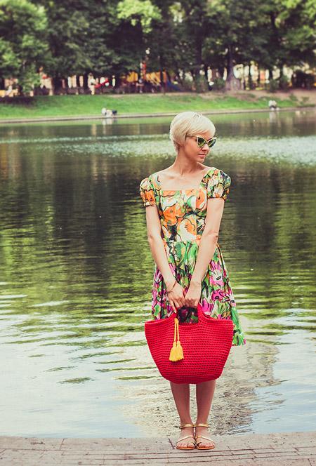 Модель в цветастом платье, красная сумка