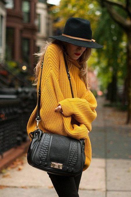 Модельв желтом свитере оверсайз, черная шляпа и сумка