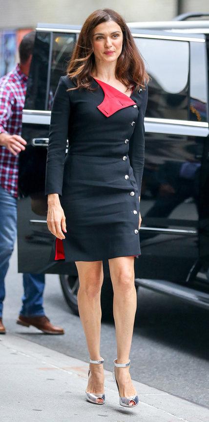Рэйчел Вайс в черном платье с красным подкладом