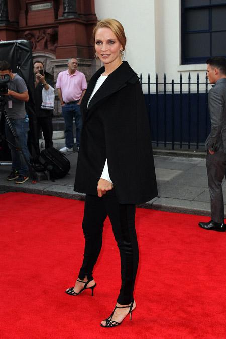 Ума Турман в черном кейп пальто, брюках и босоножках