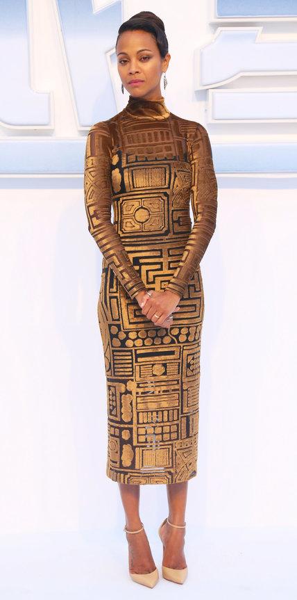 Зои Салдана в облегающем золотом платье