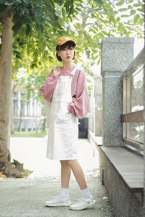 Девушка в белом комбинезоне и грязно-розовой кофте