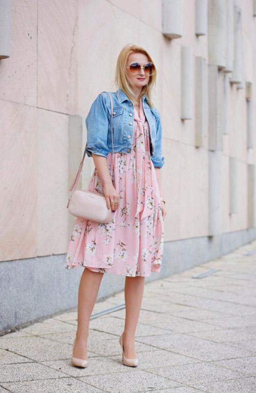 Девушка в розовом платье в цветочек и короткой джинсовке