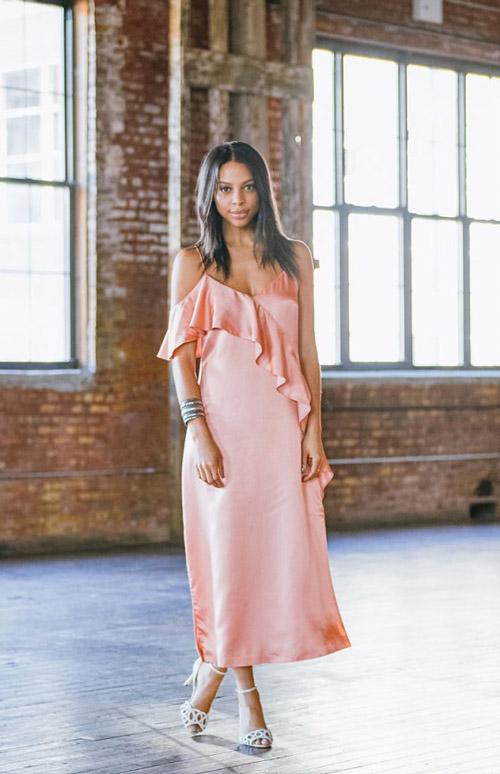 Девушка в красивом розовом платье в бельевом стиле