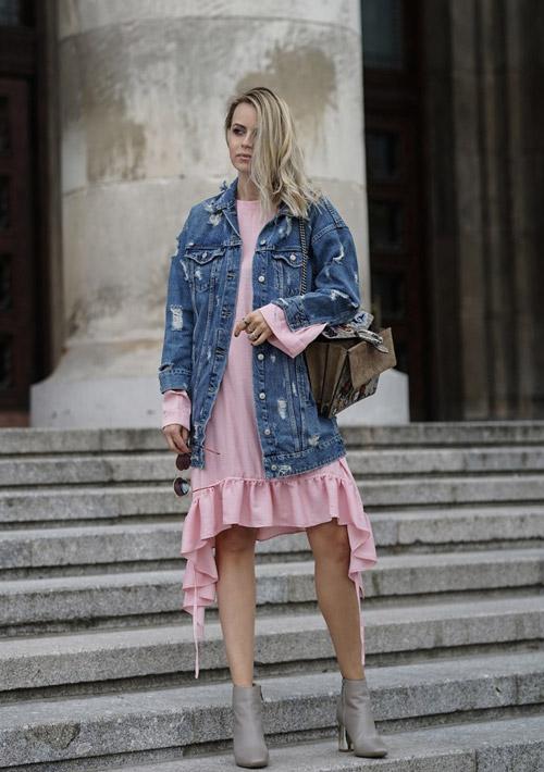 Девушка в розовом платье с оборками, джинсовке и серых ботильонах