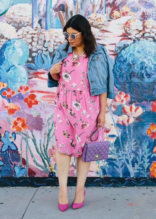 Девушка в розовом платье в цветочек и джинсовке