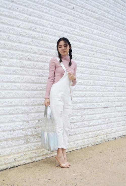 Девушка в белом комбинезоне и грязно-розовой водолазке