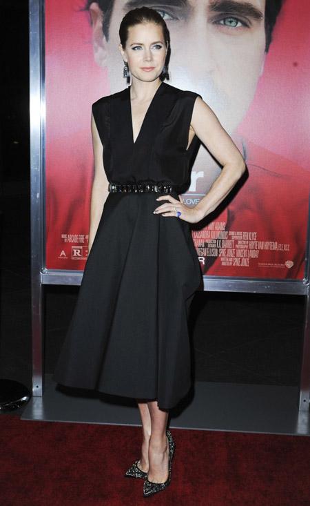 Эми Адамс с черном платье миди и лабутенах
