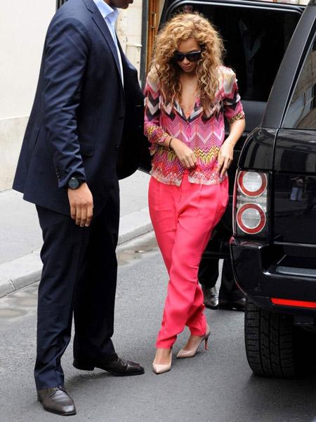 Бейонсе в розовых брюках, блузе с принтом и бежевых лабутенах