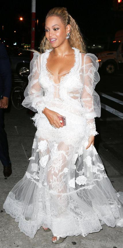 Бейонсе в белом кружевном платье