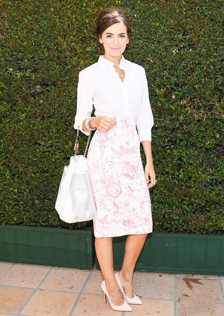 Камилла Белль в бледно-розовой юбке, белой блузе и бледно-розовых лабутенах