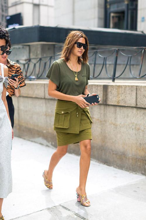 Christine Centenera в зеленой юбке с накладными карманами, футболка болотного цвета и сабо - уличная мода Нью-Йорка весна/лето 2017
