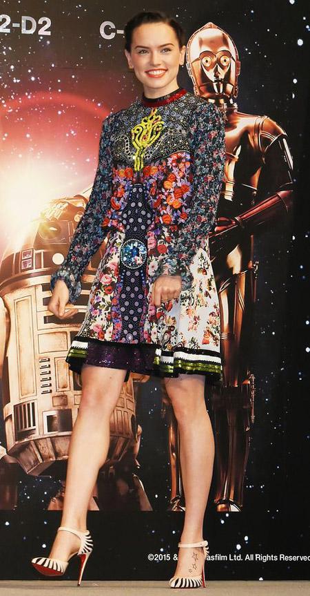 Дэйзи Ридли в платье с космическим принтом и полосатых лабутенах