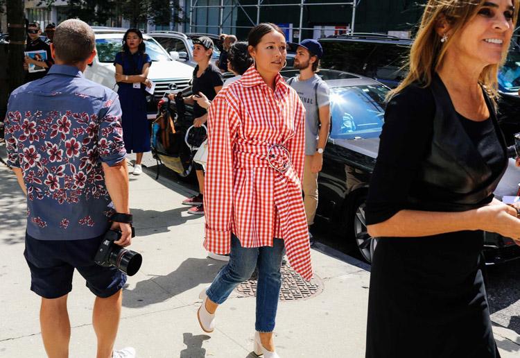 Девушка в бело-красном плаще с длинными рукавами, джинсы и белые туфли - уличная мода Нью-Йорка весна/лето 2017