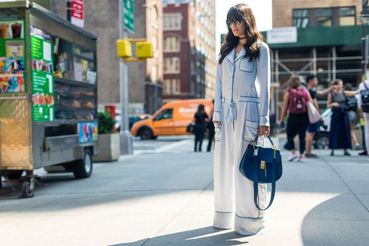 Девушка в белом комбинезоне с черными вставками и синяя сумка - уличная мода Нью-Йорка весна/лето 2017