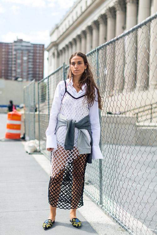 Девушка в белой рубашке, сарафан в сетку и шлепки - уличная мода Нью-Йорка весна/лето 2017