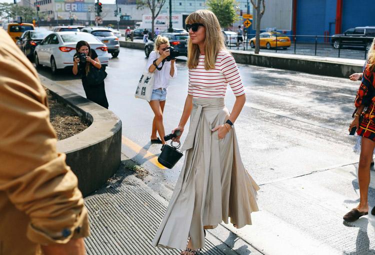 Девушка в бежевой длинной юбке и кофточка в красную полоску - уличная мода Нью-Йорка весна/лето 2017