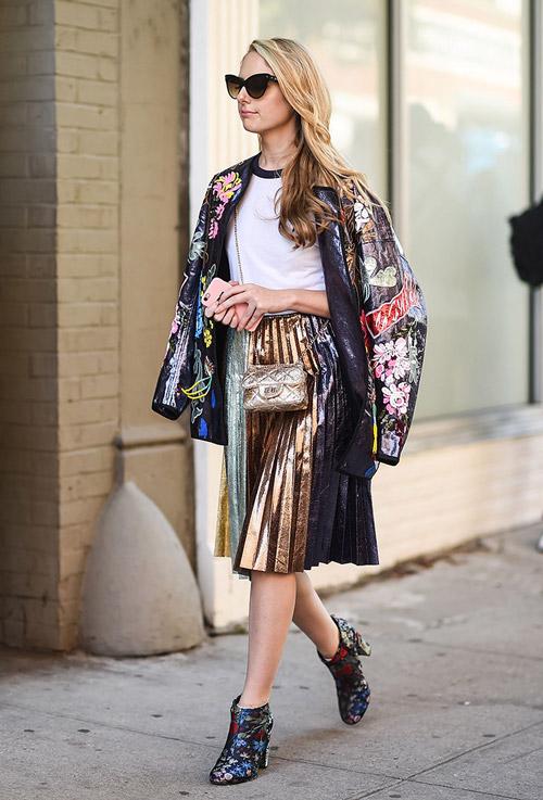 Девушка в блестящей плиссированой юбке, белая футболка, бомбер и ботильоны - уличная мода Нью-Йорка весна/лето 2017