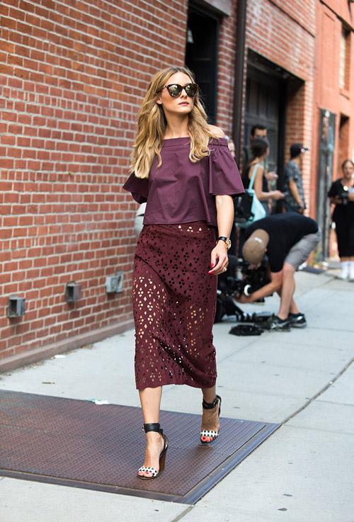 Оливия Палермо в бордовой юбке миди и топ, босоножки на платформе - уличная мода Нью-Йорка весна/лето 2017
