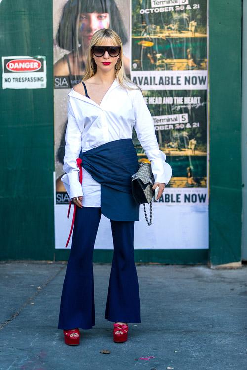 Девушка в брюках клех, белая рубашка и красные босоножки - уличная мода Нью-Йорка весна/лето 2017