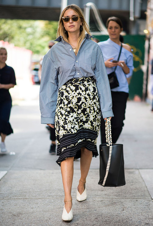 Девушка в черно белой юбке и рубашке в полоску, черная сумка тоут - уличная мода Нью-Йорка весна/лето 2017