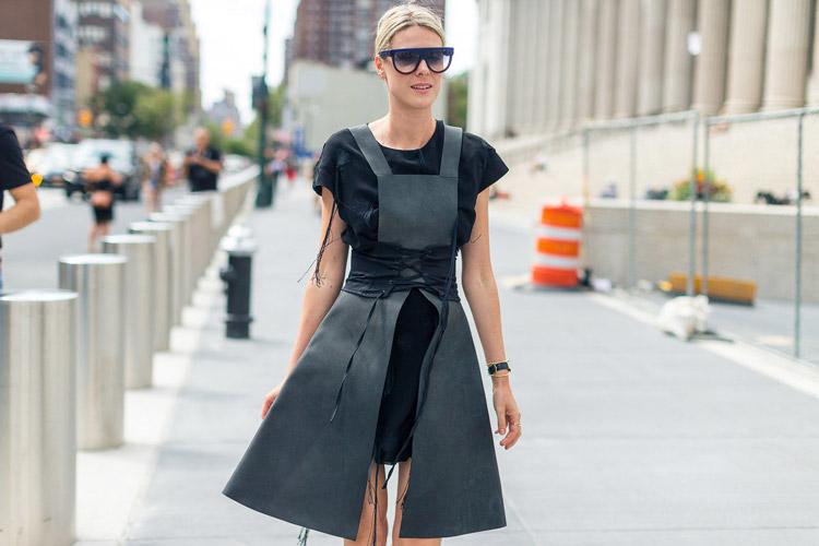 Девушка в черном мини платье и сером сарафане - уличная мода Нью-Йорка весна/лето 2017