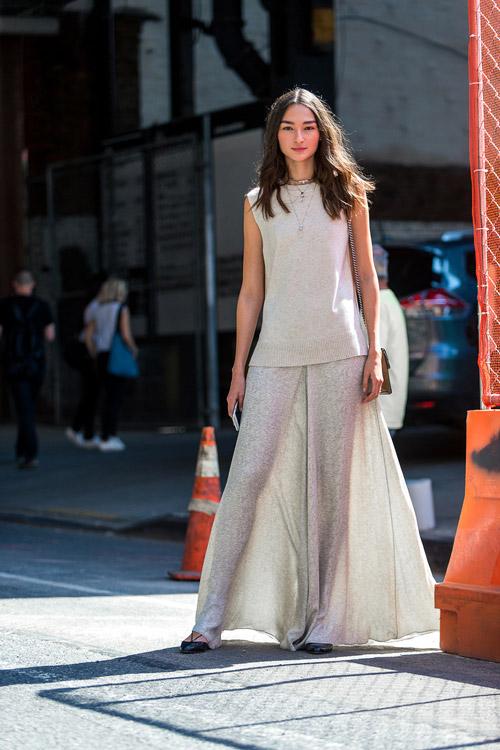 Девушка в длинной юбке и топе - уличная мода Нью-Йорка весна/лето 2017