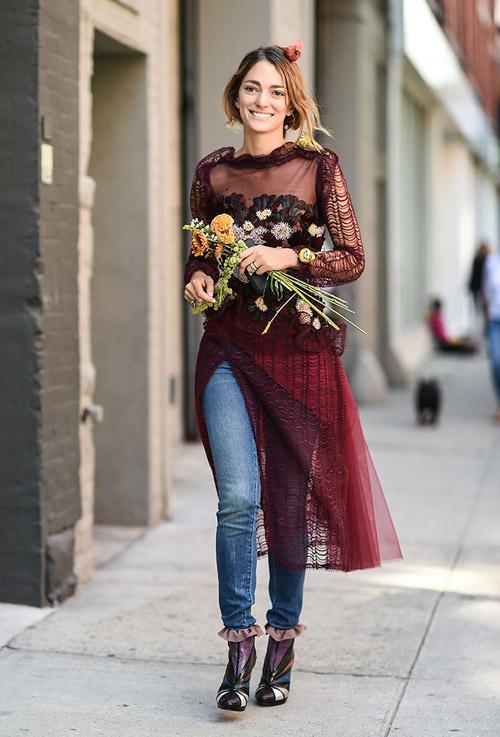 Девушка в джинсах, прозрачная юбка, блузке и ботильоны - уличная мода Нью-Йорка весна/лето 2017