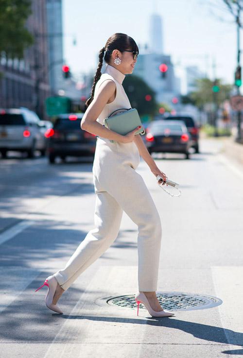 Девушка в комбинезоне молочного цвета, туфли и голубой клатч - уличная мода Нью-Йорка весна/лето 2017