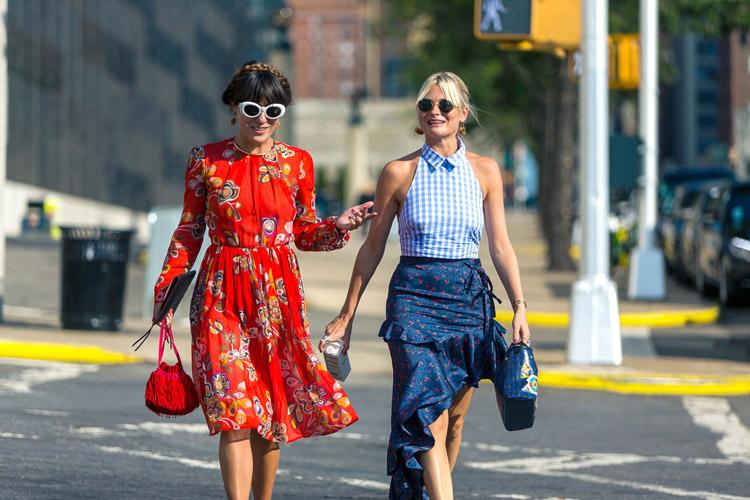 Девушка в красном платье с принтом, девушка в ассиметричной юбк и голубом топе - уличная мода Нью-Йорка весна/лето 2017
