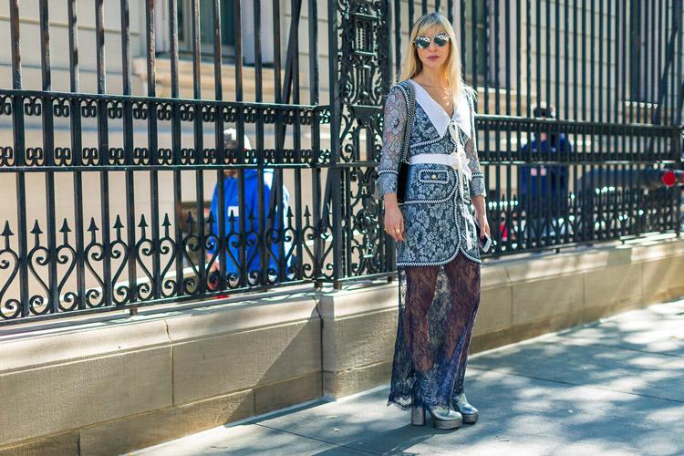 Девушка в кружевной юбке и кардигане с цветами, серебристые туфли - уличная мода Нью-Йорка весна/лето 2017