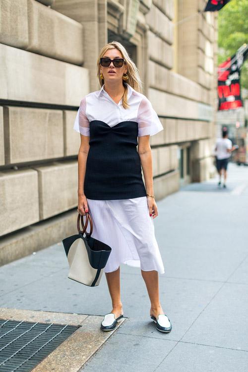 Девушка в легком белом платье, черный корсет и лоферы - уличная мода Нью-Йорка весна/лето 2017