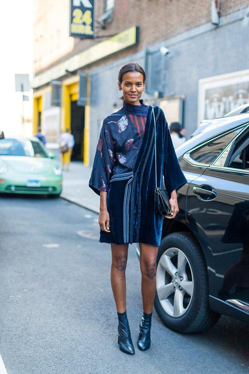 Девушка в оригинальном темно синем платье и ботильонах - уличная мода Нью-Йорка весна/лето 2017