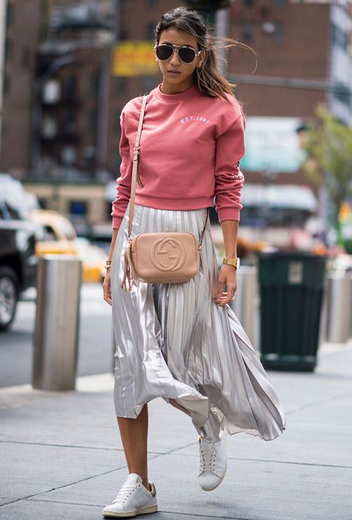 Девушка в плиссированой юбке, розовый свитшот, белые кеды - уличная мода Нью-Йорка весна/лето 2017