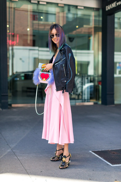 Девушка в розовой юбке миди, куртка косуха и черные босоножки - уличная мода Нью-Йорка весна/лето 2017
