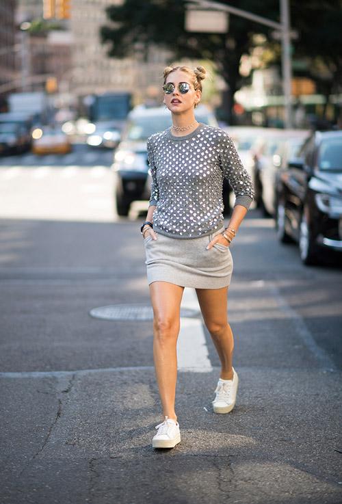 Девушка в серой юбке с карманами, свитшоте и кедах - уличная мода Нью-Йорка весна/лето 2017
