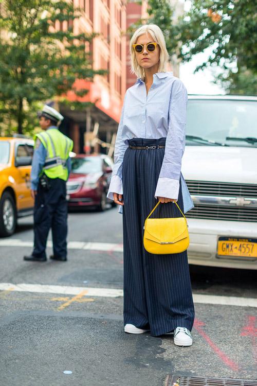 Девушка в широких брюках, голубая рубашка и желтая сумка - уличная мода Нью-Йорка весна/лето 2017