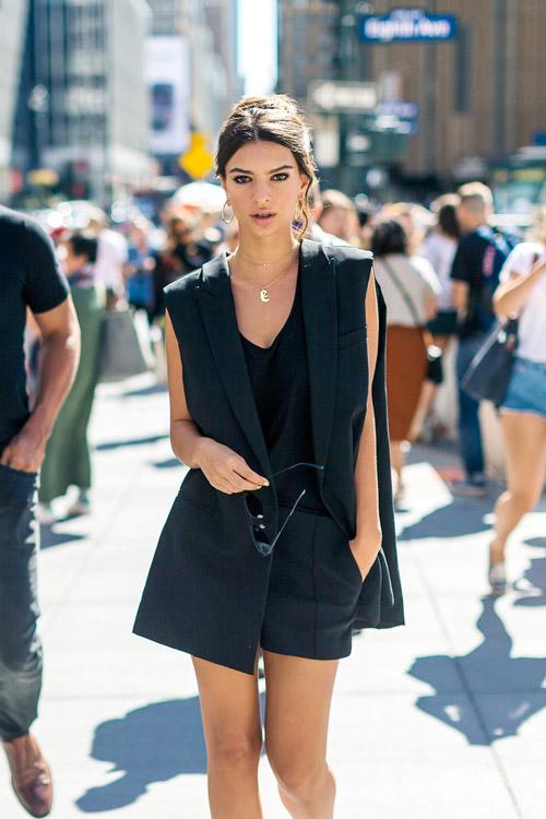 Девушка в шортах, черный топ и жилет - уличная мода Нью-Йорка весна/лето 2017