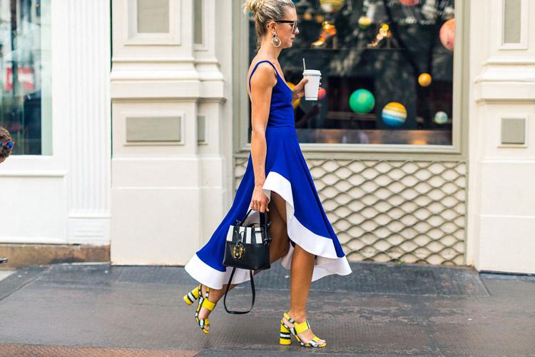 Девушка в синем платье с белой оборкой и желтые босонжки - уличная мода Нью-Йорка весна/лето 2017