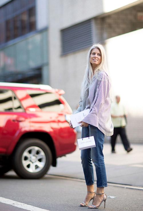 Девушка в синих джинсах, полосатой рубашке оверсайз и босоножках на шпильке - уличная мода Нью-Йорка весна/лето 2017
