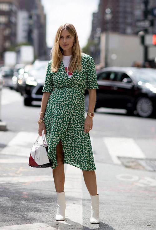 Девушка в зеленом платье, белых полусапоги - уличная мода Нью-Йорка весна/лето 2017