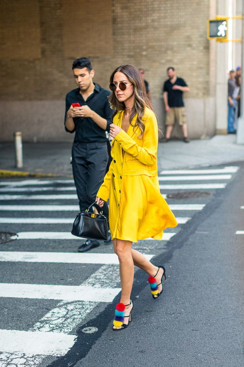 Девушка в желтом платье и красивых босоножках с разноцветными помпонами - уличная мода Нью-Йорка весна/лето 2017