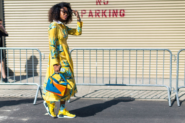 Девушка в желтом платье, кроссовки с голубыми носками - уличная мода Нью-Йорка весна/лето 2017