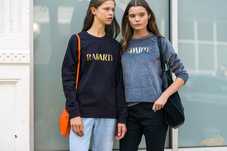 Девушки в брюках и свитшотах - уличная мода Нью-Йорка весна/лето 2017